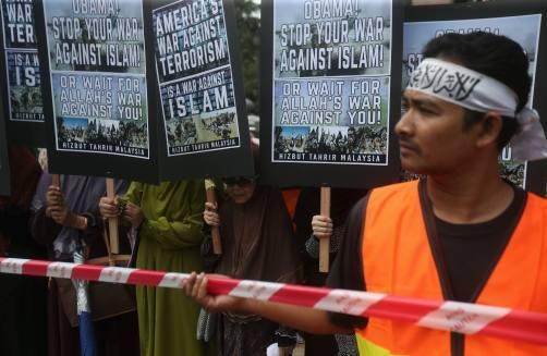 KUALA LUMPUR 21 NOVEMBER 2015. (ASEAN: PROTES OBAMA) Sebahagian daripada peserta yang menyertai protes kehadiran Presiden Amerika Syarikat (AS), Barack Obama ke Malaysia di Jalan Ampang, Kuala Lumpur. Foto Syarafiq Abd Samad