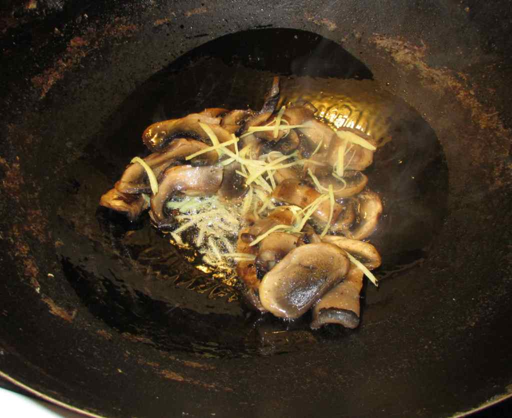 Quickly Stir-frying Mushrooms with Ginger