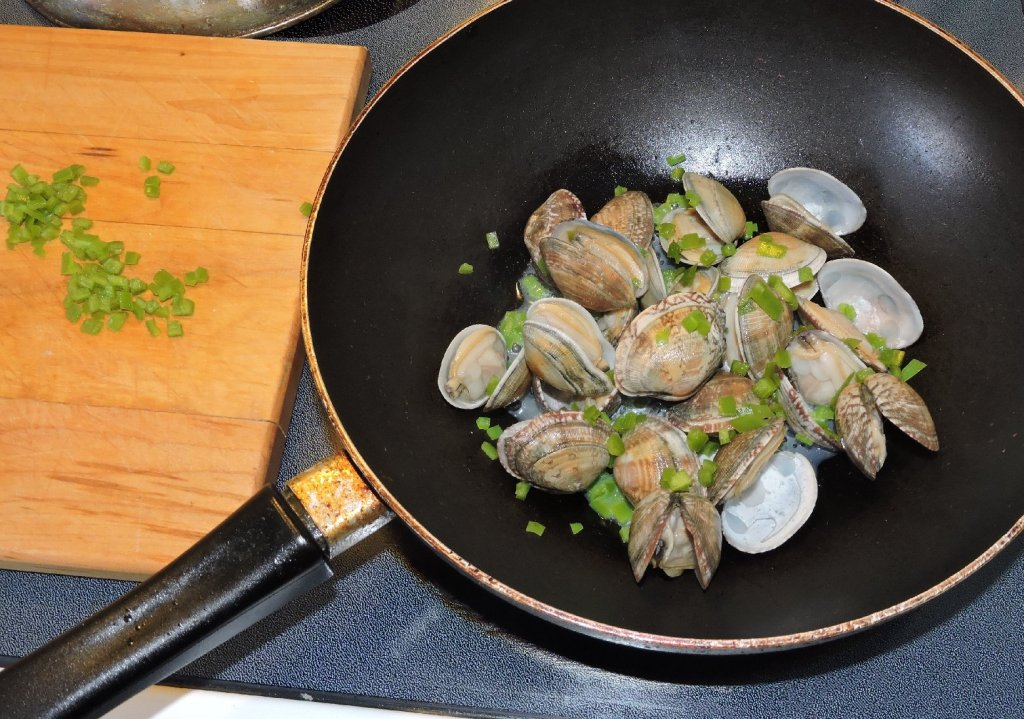 Stir-frying Clams with fresh Green Chili