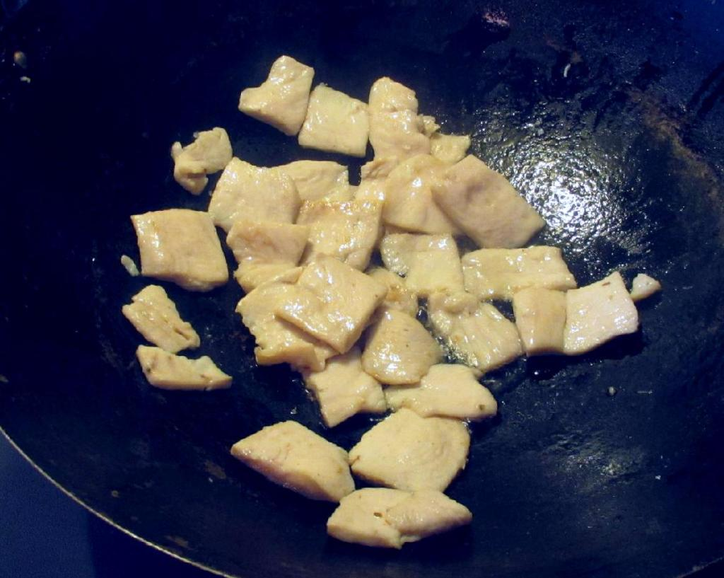 Stir-frying Chicken Breast Slices for 蘿蔔纓炒雞片