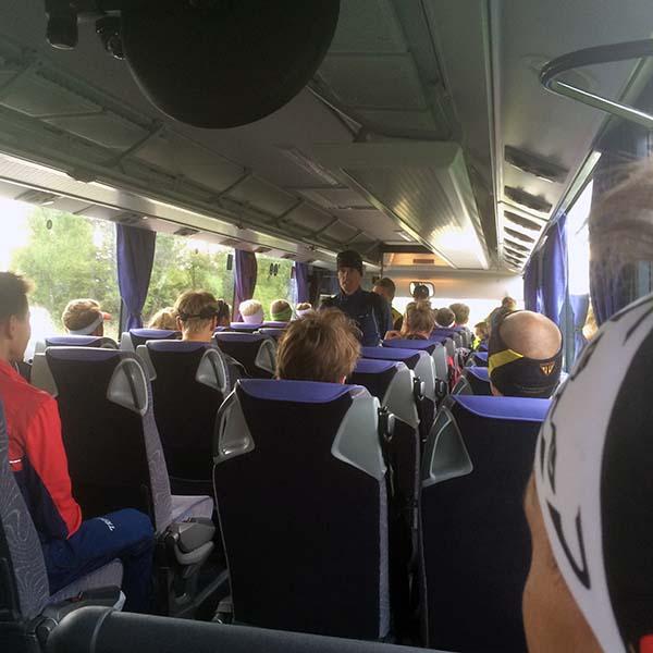 På bussen till starten blev jag riktigt nervös. Aldrig sett en samling så vältränade människor innan. Detta är tydligen ett lopp för de seriösa. Vad f-n gör jag här?