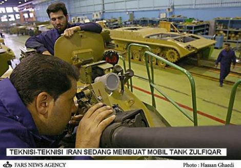 Teknisi Iran sedang membuat tank Zulfiqar