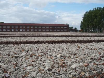 Nordmenn bodde i dette bygget. Steinen symboliserer nedbrente brakker.