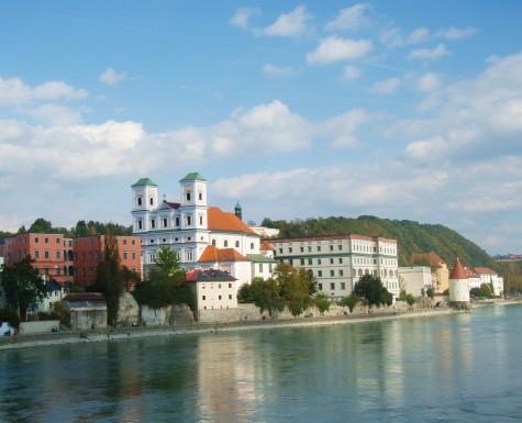 Vakkert ved Donau i byen Passau.