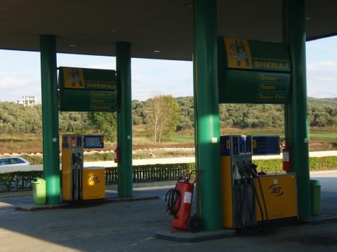 På bensinstasjoner i Albania selges kun en ting - bensin!!