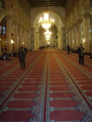 Moskeen var like stor som en fotballbane og tildekket med tepper!