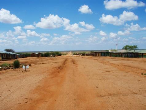 Flatt landskap og grusvei nord i Kenya!