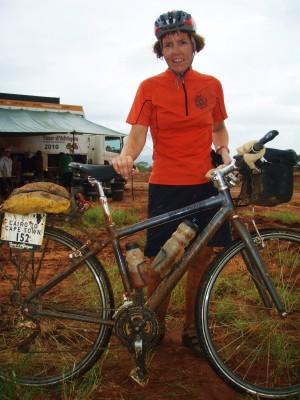 Hilde og sykkelen var møkkete etter tråkking i leire og søle i 6 timer!