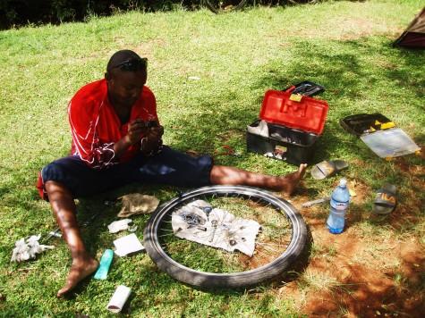 Sykkelreparatør Martin fra Kenya fikser mitt bakhjul!