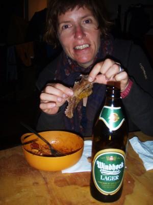 Hilde spiser middag og en Windhoek øl hører med i Namibia!