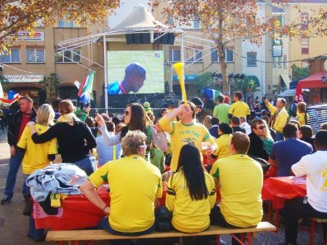 Fans fra Sør-Afrika samlet på torget før den siste skjebnekampen!