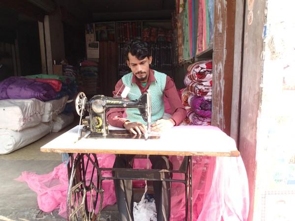 Sying er et typisk mannsyrke i Nepal. Symaskin med fotpedal.
