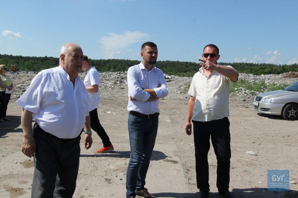 Ігор Гузь та Петро Саганюк інспектують будівництво. Фото з сайту bug.org.ua