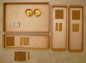 Montessori matériel des perles dorées.
