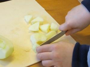 Savoir couper des fruits avec un couteau.