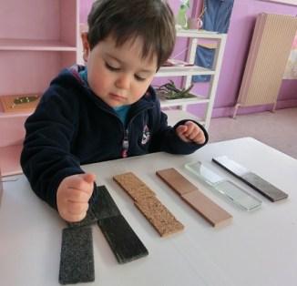 Développer le toucher : mise en paire de tablettes de matérieux différents.