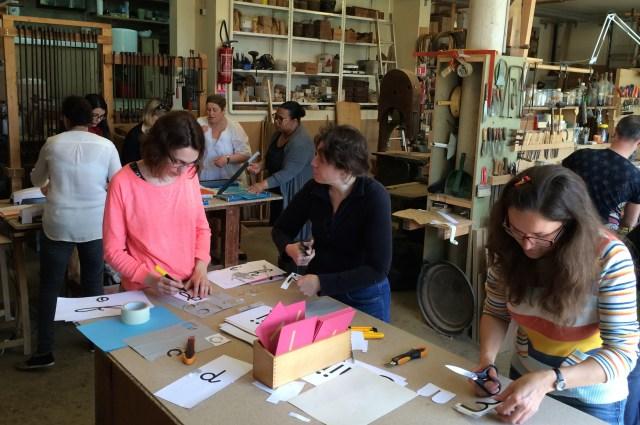 Beaucoup d'activités dans le bel atelier d'ébénisterie