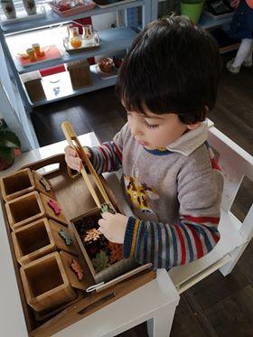 Décorer la classe en fonction d'un thème en école Montessori