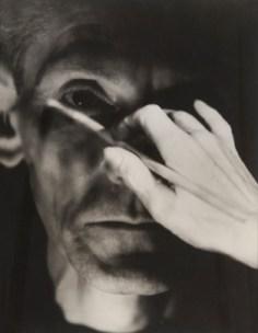 """Galerie le Minotaure """"Autoportraits 1929-2010"""" - Edmund Kesting. L'exposition à la Galerie Le Minotaure présente une sélection unique d'auto- portraits photographiques de Man Ray à Pierre Molinier, d'Erwin Blumenfeld àThomas Ruff."""