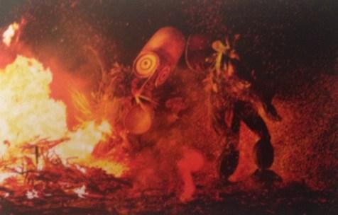 Galerie Renaud Vanuxem : Bart Van Bussel Masques qui affirment le secret du visage tout en dévoilant la magie du rituel... Corps en transe qui font revivre à l'infini le temps du mythe à travers la danse... le travail du photographe néerlandais Bart Van Bussel révèle la puissance et la beauté des corps des initiés des sociétés secrètes Duk Duk des populations Tolai , Sulka et Baining de Nouvelle-Bretagne à travers de spectaculaires danses masquées.