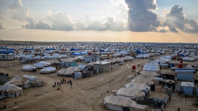 """""""قسد"""" تفرج عن 300 شخص من مخيم """"الهول"""""""