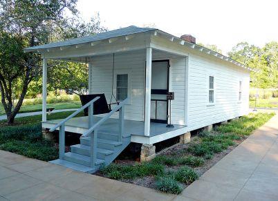 800px-Elvis'_birthplace_Tupelo,_MS_2007