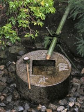 "Tsukubai at Ryōan-ji temple in Kyoto. The inscription reads, ""I only know plenty."" © Michael Maggs with CCLicense"