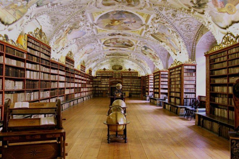 library_books_globe_bookstore_reading_sale_books_book_shop-492633.jpg