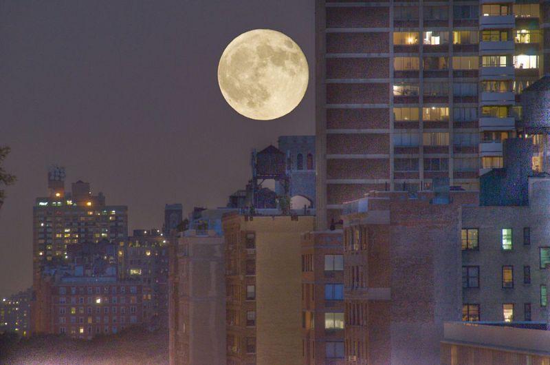 1024px-Jul_9,_2009_-_Full_moon_over_96th_St