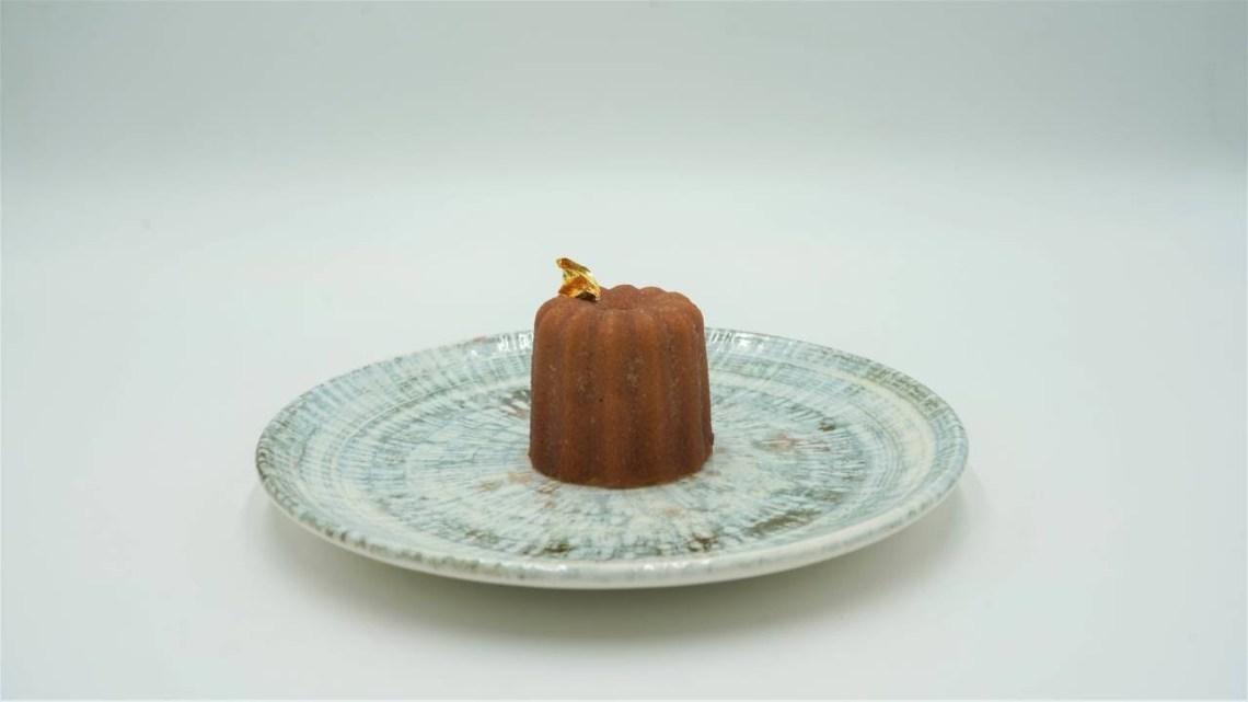 Crispy «Canelé» γεμιστά με pâté από συκωτάκια πουλερικών, μαρμελάδα μπέικον, φουντούκια & χέλι
