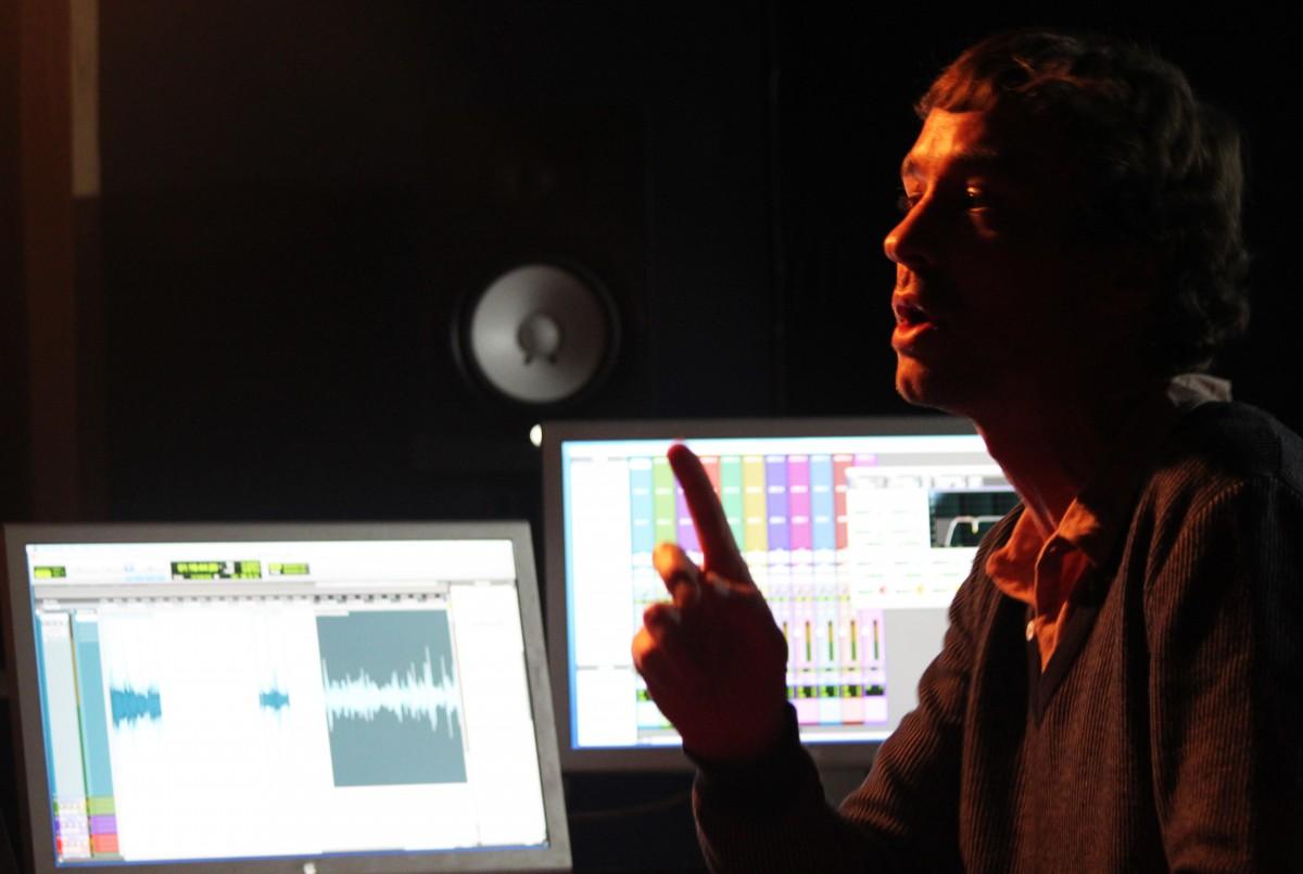 Preneur de son, réalisateur et producteur pour la radio, Irvic D'Olivier est le fondateur et coordinateur artistique de la webradio SilenceRadio.org.