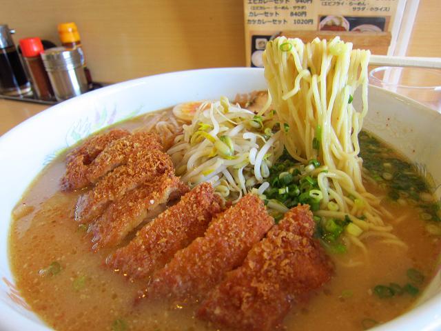 豚太郎大津店「みそカツラーメン(大盛)」の麺