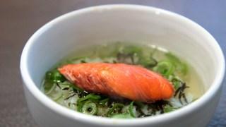 焼き鮭と「あごだし」で作る簡単「だし茶漬け」朝ごはんにおすすめ!