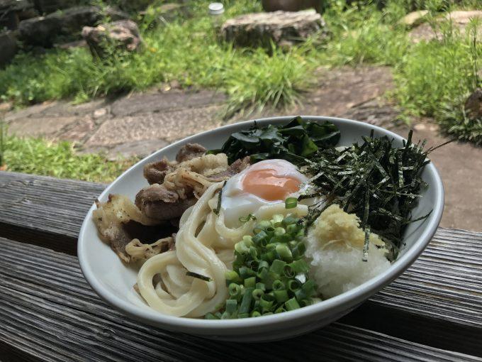 手打ちうどん「とがの藤家」庭で食べる、未知なるメニュー。