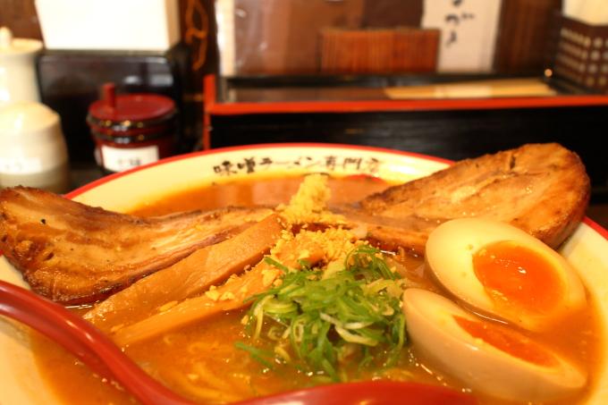 麺屋國丸 巨大チャーシューがのった北海道百年味噌 男気ラーメン