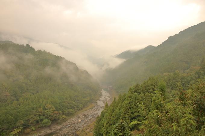 永瀬ダム西の物部川と山々の風景・高知・香美市物部町
