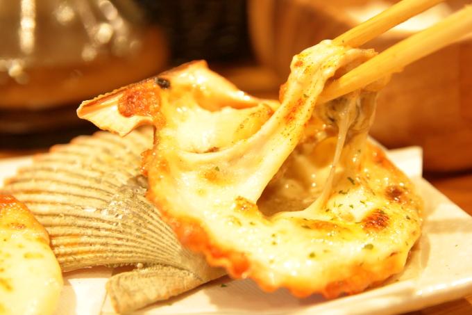 幡多バル・長太郎貝のアリオリチーズグリル、伸びるチーズ