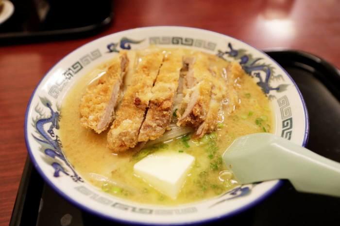 高知市にあるラーメン屋さん鈴木食堂の味噌カツラーメン バタートッピング