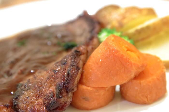 高知・南国市のレストランnoiのランチB シャリアピンステーキ 付け合わせのニンジン