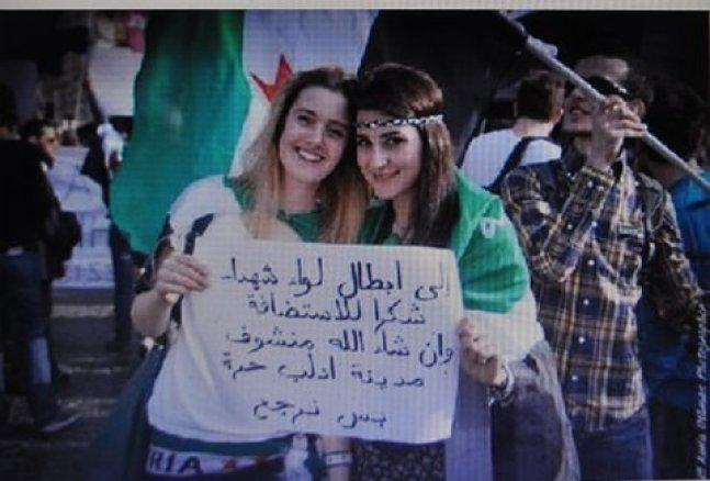 """Rome. Odalisques hold Arabic sign: """"To the heroes of Iiwa Shuhada, thanks for the hospitality and God willing we will see the city of Idlib free when we return."""""""
