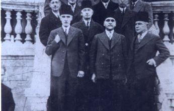 زعماء الكتلة الوطنية عند ابواب فندق بارون في حلب سنة 1932