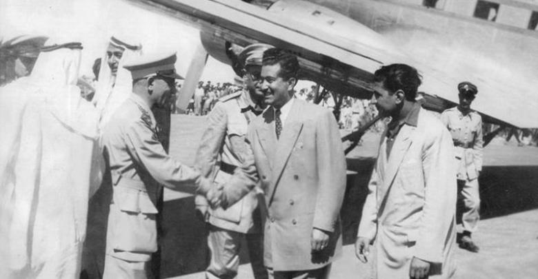 الرئيس أديب الشيشكلي في مطار الرقة واستقباله من قبل الأعيان