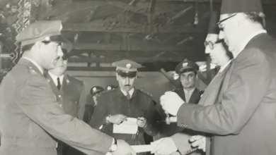 بهاء الدين الخوجة يتسلم براءة وسام الاستحقاق من صبري العسلي عام 1954