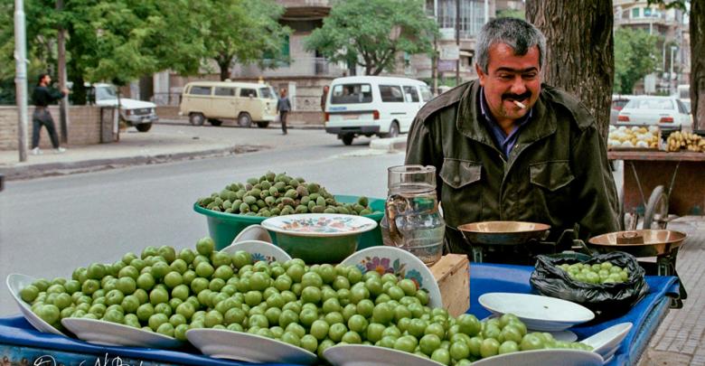 بائع فاكهة متجول دمشق منطقة الشهبندر التقطت الصورة عام 1992