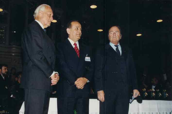 تكريم فاروق بوظو في مقر الاتحاد الدولي لكرة القدم - سويسرا عام 1996م
