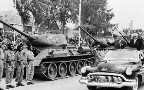 شكري القوتلي وخالد العظم يستعرضان القوات المشاركة بالعرض - احتفال عيد الجلاء 1957 (10)