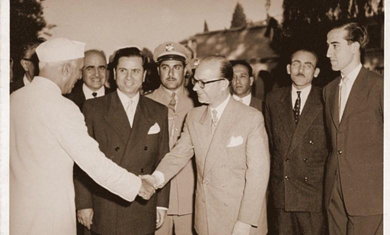 خليل كلاس مصافحاً رئيس وزراء الهند جواهر لال نهرو عام 1956م