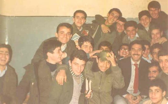 الأستاذ يوسف محمد رشيد مع طلابه في مدرسة المأمون بحلب عام 1983