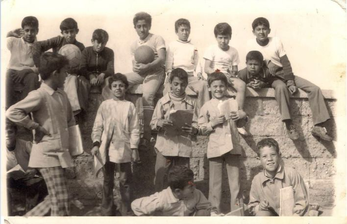 طلاب المدرسة الإعدادية الخيرية التابعة لوكالة غوث للاجئين في اللاذقية عام 1967م