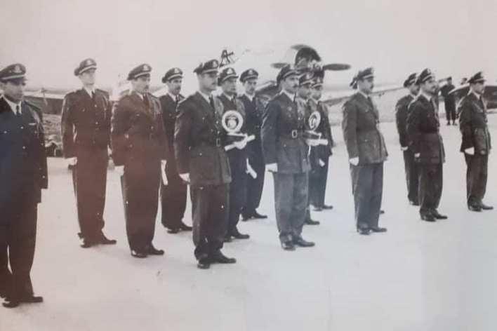 الطيار حافظ الأسد أثناء تكريم الطيارين المتفوقين عام 1954م